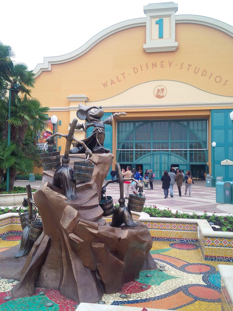 (Walt Disney Studios] Front lot CRga3RkWEAAdkFJ