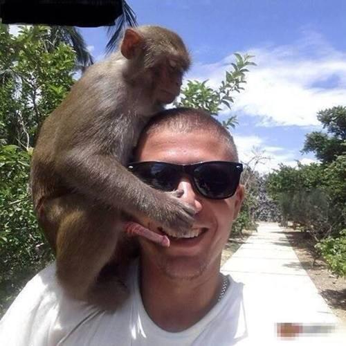 A photo with a guy who doesn't know a wee monkey has put his cock in his mouth. Happy Saturday! http://t.co/gPfON7dp9b