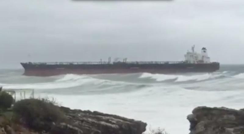 Update on the tanker grounding near Lisbon. Ship is Teekay Tanker's 'Tokyo Spirit'. https://t.co/AcCwK1iiD2 http://t.co/2faj0VpKT0