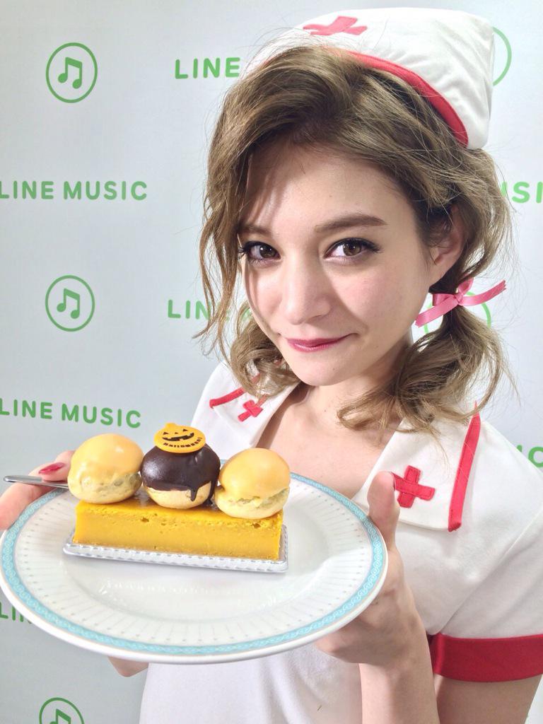 ケーキを持つ瑛茉ジャスミン