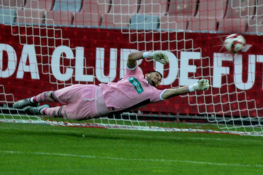 A penalty goes past Stole Dimitrievski; photo: tablondeportivo.com