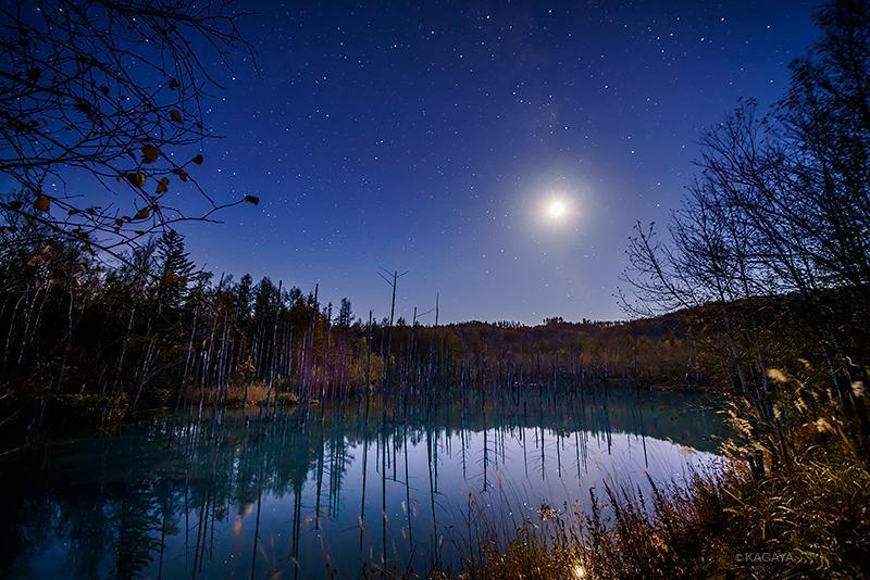 秋深い北海道。透明な夜、月と星。(本日宵、美瑛町にて撮影。天の川の中にいる月は上弦前ですが明るすぎて形は写っていません) pic.twitter.com/XX5PeejF7A