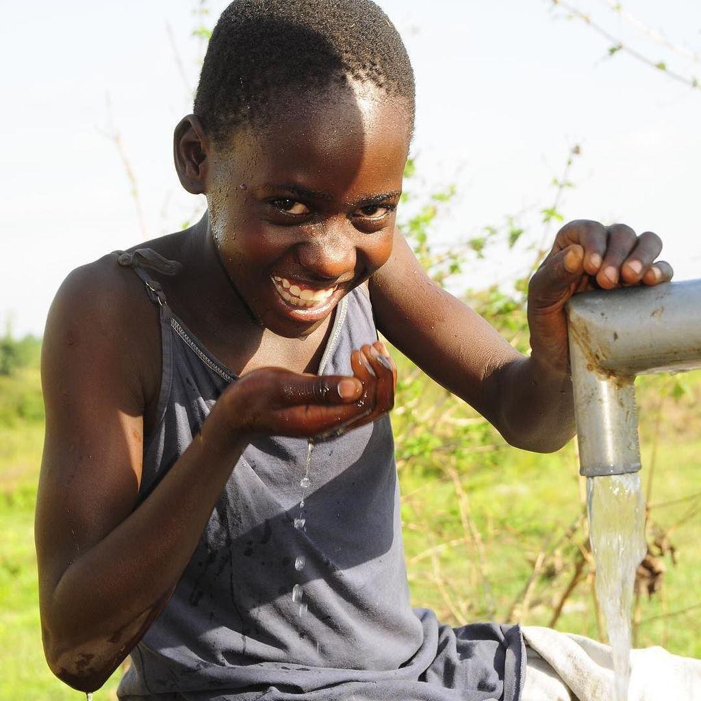 Happy and grateful for clean water. #Uganda #Soroti #water #waterforall #waterislife #watercharity #dropinthebucket… https://t.co/XDnX8g1h2L