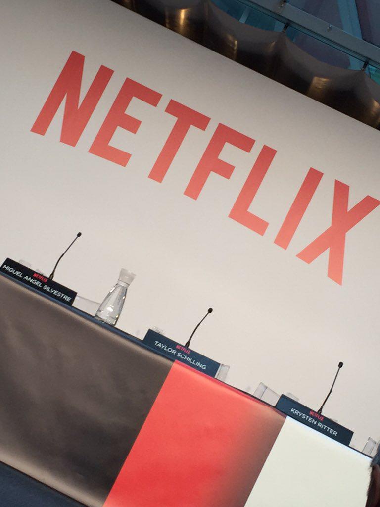 Qué triste. Estar en la presentación de #NetflixEnEspana y que  prohiban hacer fotos y mandar a los cámaras al fondo https://t.co/tsL7Oa3oZJ