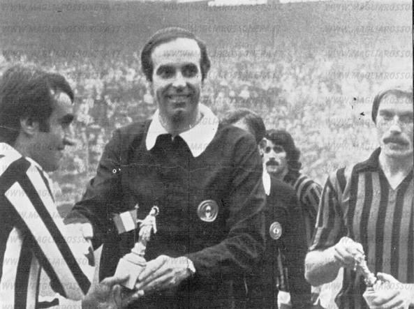 L'l'incorruttibile arbitro Mino Menicucci durante una Juve-Milan con Michel Platini e Romeo Benetti.