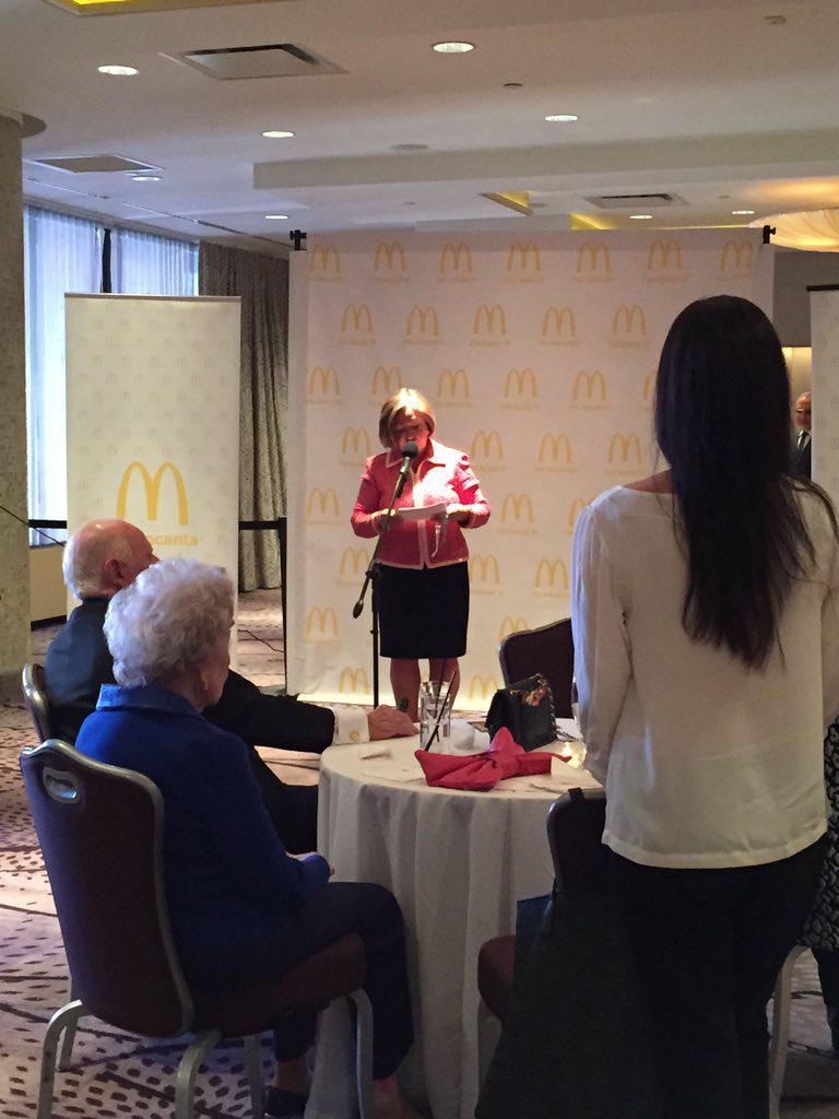 Momma Celest @McBossMama honoring @GloriaEstefan for tonight event https://t.co/gaZ3MbgVUv