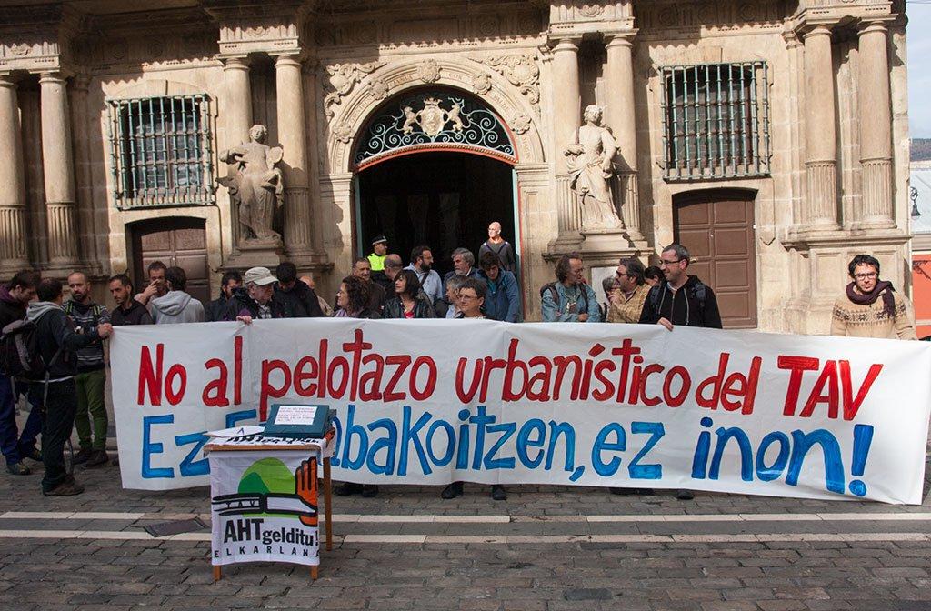 Protesta contra el TAV en Iruñea...