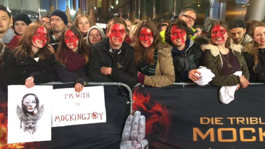 I wish I had my face painted beautifully like these awesome fans #MockingjayBerlinWorldPremiere https://t.co/9YrnHSQi5W