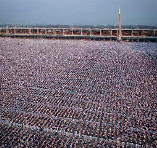 1 Million Children Meditating For World Peace In Thailand CS0BzV3WIAA3KZX