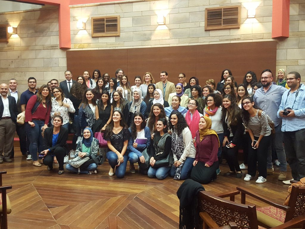 Radwan and the audience in a group photo to conclude the amazingly informative lecture! #AUC https://t.co/1IDKLuZJfX