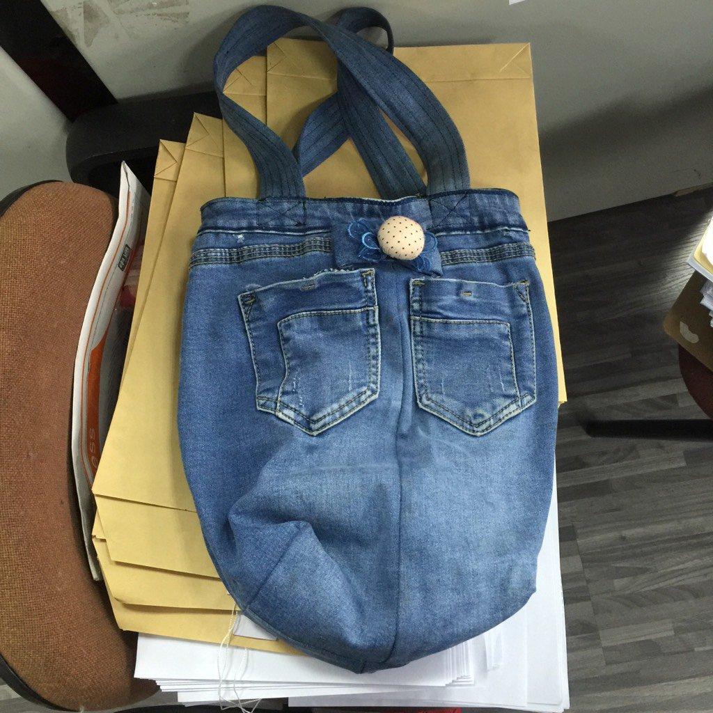 终于有图了,之前提到的我同事新买的破洞牛仔裤她母亲以为是不要了的给剪成个购物袋... https://t.co/F7UIqgMp3C