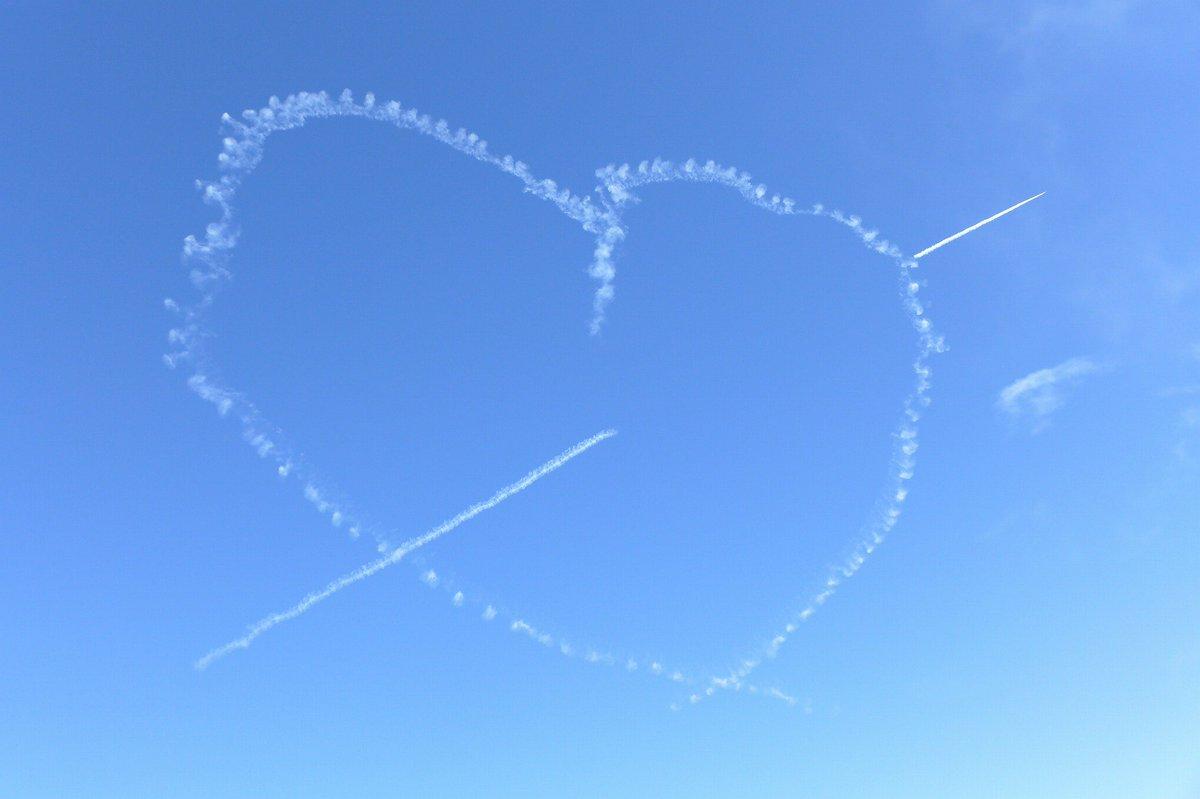 ブルーインパルス@入間航空祭⑤。バーティカルキューピッド。日本で一番大きなハートは、見る人みんなを幸せにしてくれますね☆ https://t.co/tD5FdxPjM5