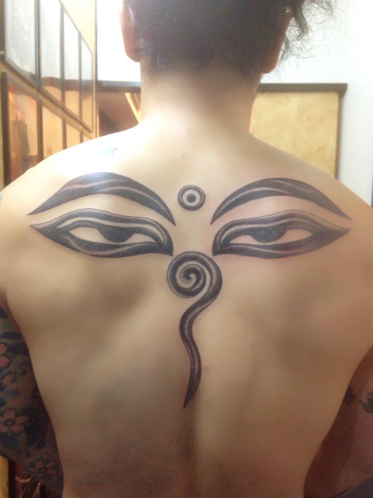 背中にもう一つの顔が‼️入れ墨で描かれたブッダ