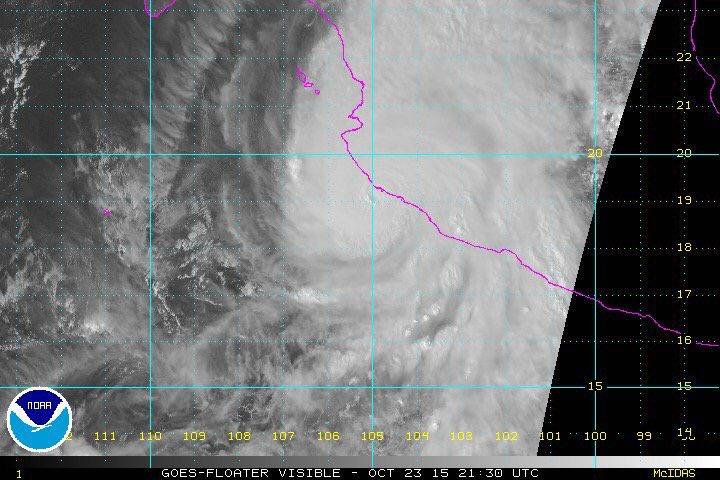 Nella Foto l'uragano Patricia tocca le coste messicane dell'Oceano Pacifico.