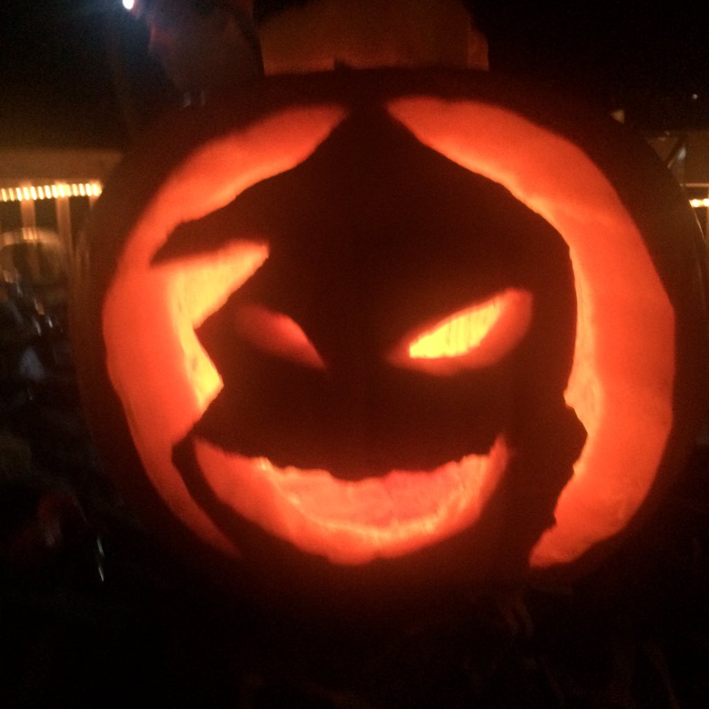 This is Halloween #pumpkincarving #thisishalloween https://t.co/0hWVJ37SYP