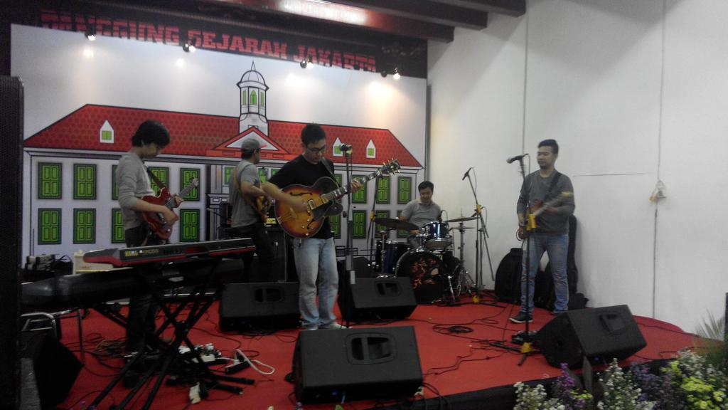 Tritone on stage @tiyoalibasjah @zoltanrenaldi @DezcaAnugrah @IndraPrasetyoo https://t.co/o9JqZIDL9S