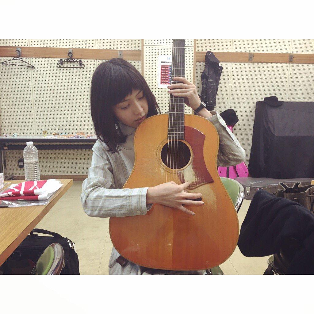 それから今日は久々に弦が切れました。 弾き語りで2曲目で弦切れるとふつう大慌てしますが なんと大柴さんのギターをお借りし、私のギターも即座に大石さんが弦を張り替えて下さり、作人さんが弦をくださいました。感謝止まることなく#SSW15