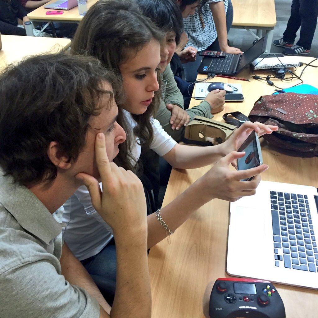 Pamela Figueroa mostrando sus juegos con realidad aumentada