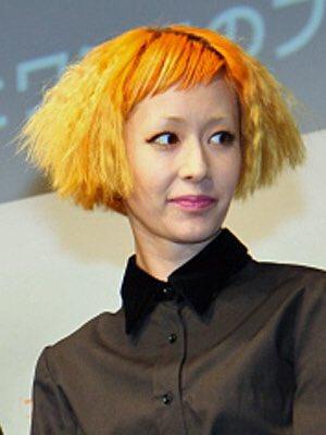 オレンジの髪色の木村カエラ
