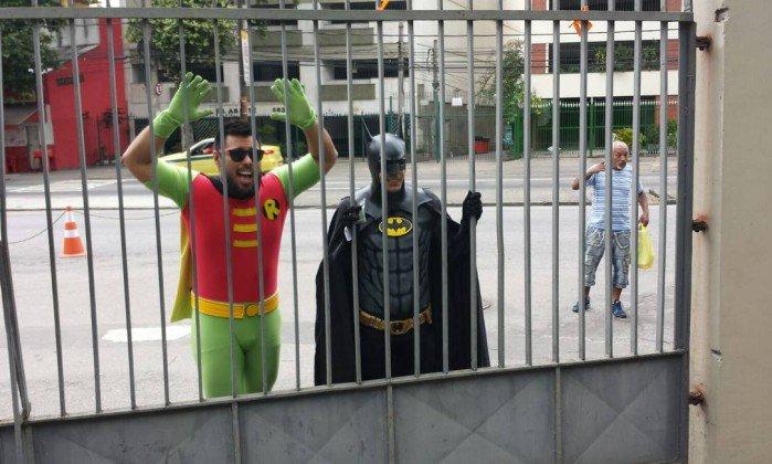 Santa trapalhada! Vestidos de Batman e Robin, professores vão para local de prova errado.  https://t.co/j8vmMTQRD6