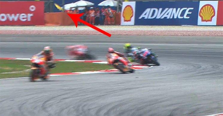 Jorge Lorenzo supera Valentino Rossi con la bandiera gialla.