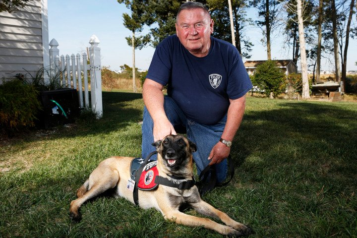 9/11 hero with #PTSD fights to keep his service #dog https://t.co/ha2Mmd71GD cc: @Barbi_Twins @KenWahl1 https://t.co/NlVPjXzjXg