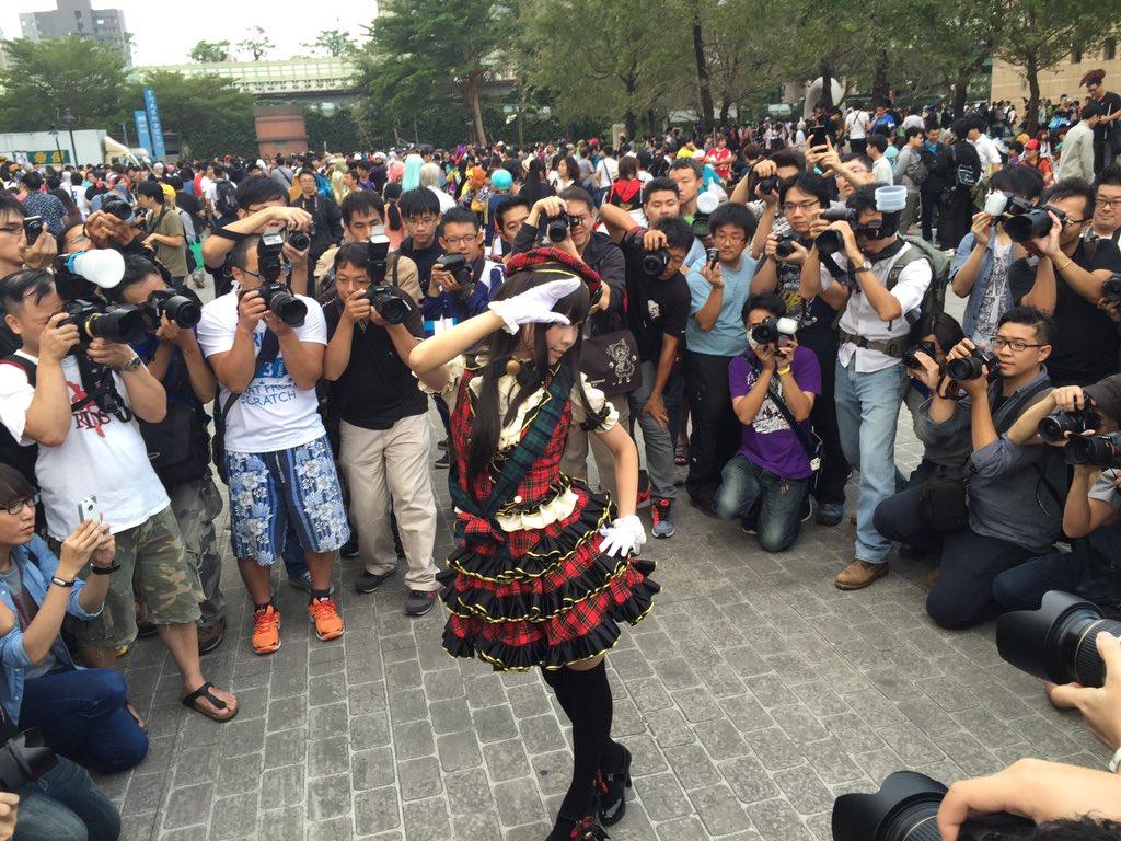 台湾のカリスマレイヤーさんのelyさんの囲み。 ローアングラーが存在しない優しい世界。 https://t.co/nwJCy6spu8