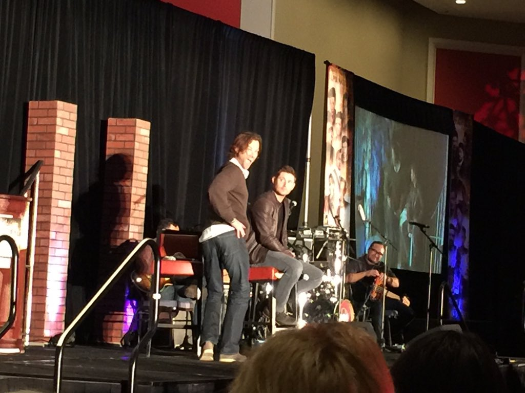 Strangest pose they've had to do for the photo ops?  Jared demonstrates... #ChiCon https://t.co/TghTCKArvJ
