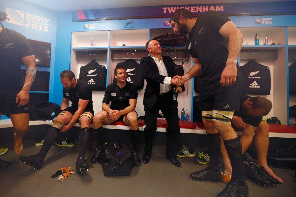 Geweldige foto. MP Nieuw Zeeland schudt de hand van rugby speler Sam Whitlock. #hobbit https://t.co/ynlQ2DaCRF