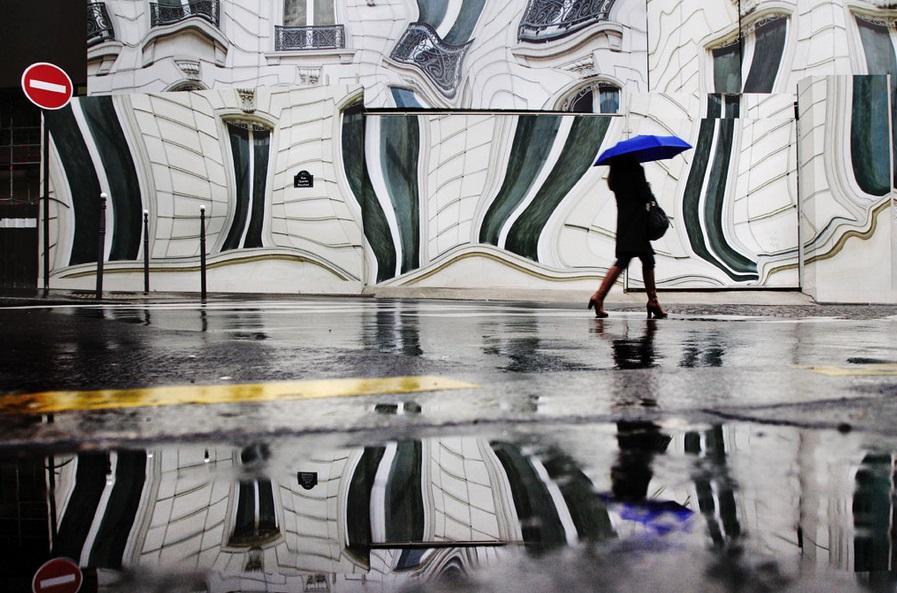 クリストフ・ジャクロット(1960〜)による作品。フランスの写真家。雨や雪の降る大都会を撮影することによって、ロマンチックな小説のような世界観を表現しています。