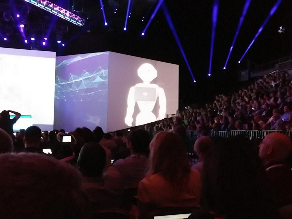 #ibminsight Pepper the robot learns from Watson. Wow. #NewWaytoWork https://t.co/PGoCAeFG9d