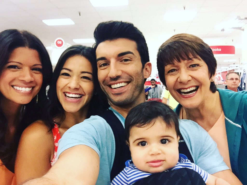 #JaneTheVirgin family selfie. https://t.co/eMNg42l8Xa