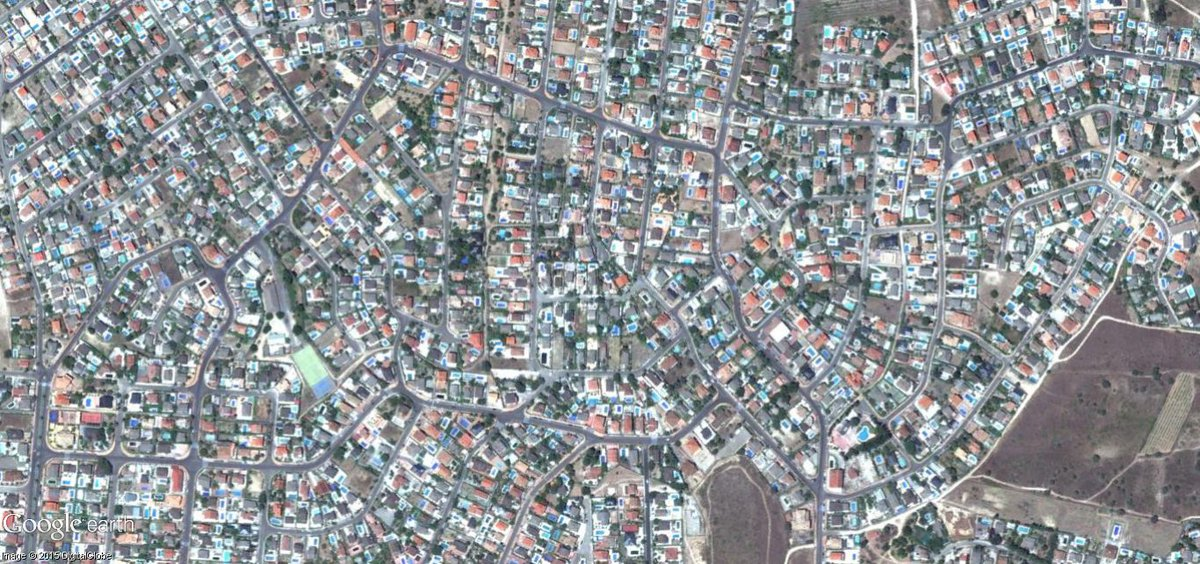 La forma de urbanismo también influye. En este barrio de chalets NO PUEDE haber trabajos (tiendas, oficinas, etc) https://t.co/wvRuaB1isn