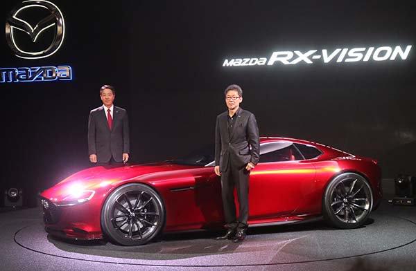 東京モーターショーでマツダがコンセプトモデル「Mazda RX-VISION」を世界初公開。 魂動デザインのボディにFRレイアウトを採用。次世代REのSKYACTIV-Rエンジン搭載。 https://t.co/6UeLToWjC5