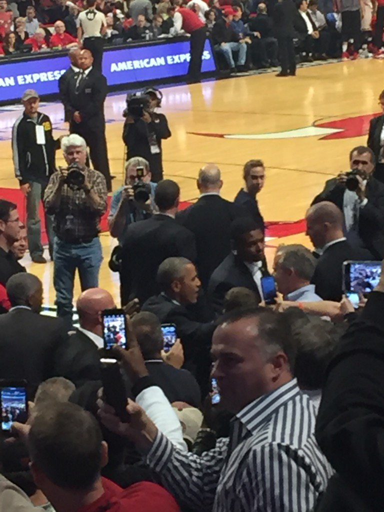President Obama takes his courtside seat at Cavs-Bulls with 2:40 left in the first quarter. https://t.co/ofkg2d9p16