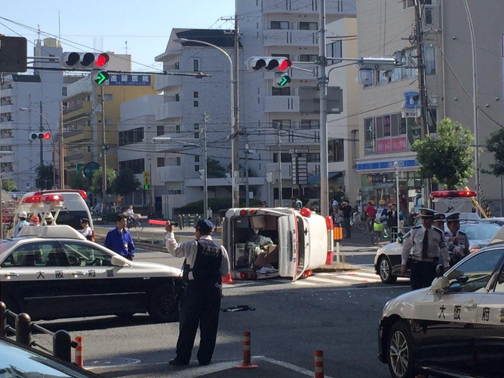東三国駅前の交差点で、救急車が横転してた(><)救急車がきたら譲ること忘れないように(><)無事でありますように(><) pic.twitter.com/VqIZelHmxQ