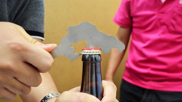 [石川県は栓抜きとして使えるのか?] https://t.co/jYFzsNG8M7 ステンレス鋼板を石川県形に切り抜きついに石川県が栓抜きに。七尾湾でビールが開栓しました。志賀町西海のへんのでっぱりを使うとよりスムーズ。(古賀) https://t.co/RE4b5OsIfF