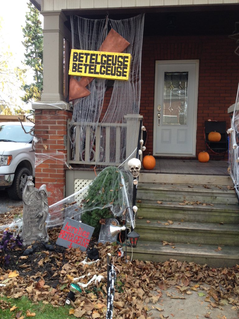 On twitter found a house with beetlejuice halloween for Decoration maison halloween