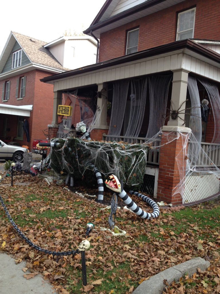 𝓪𝓵𝓲 On Twitter Found A House With Beetlejuice Decorations Https T Co Zi3etunkr4