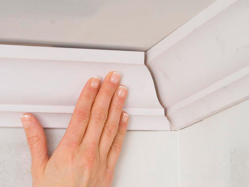 Как клеить плинтуса на потолок видео #9