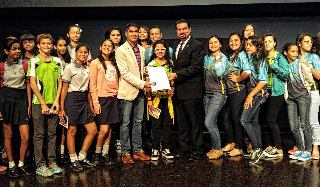 Con estudiantes de la H. Cora de Arroyo y G. Sellés de Caguas y .@norcruz en #DíadelInternet 2015  #InternetDayPR15 https://t.co/BwRXRisIlL