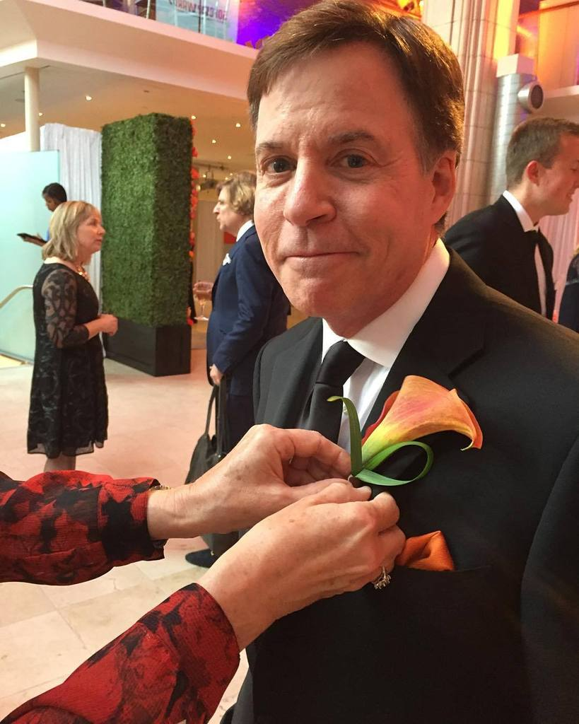 Honoree Bob Costas '74 receiving his orange boutineer upon his arrival.  #50Forward #Newho… https://t.co/cf1xxuV3ZK https://t.co/3Ac4JwrnQX