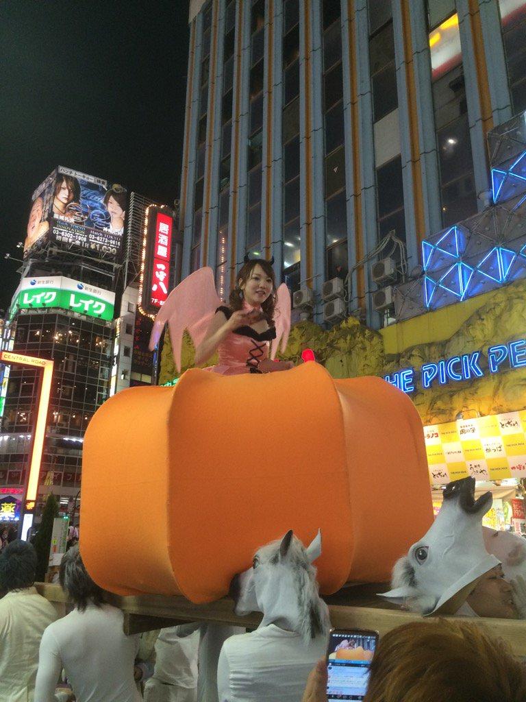 歌舞伎町なう。 キャバ嬢がカボチャの馬車がらキットカットをくばってる。 https://t.co/IkDzC1kq9U