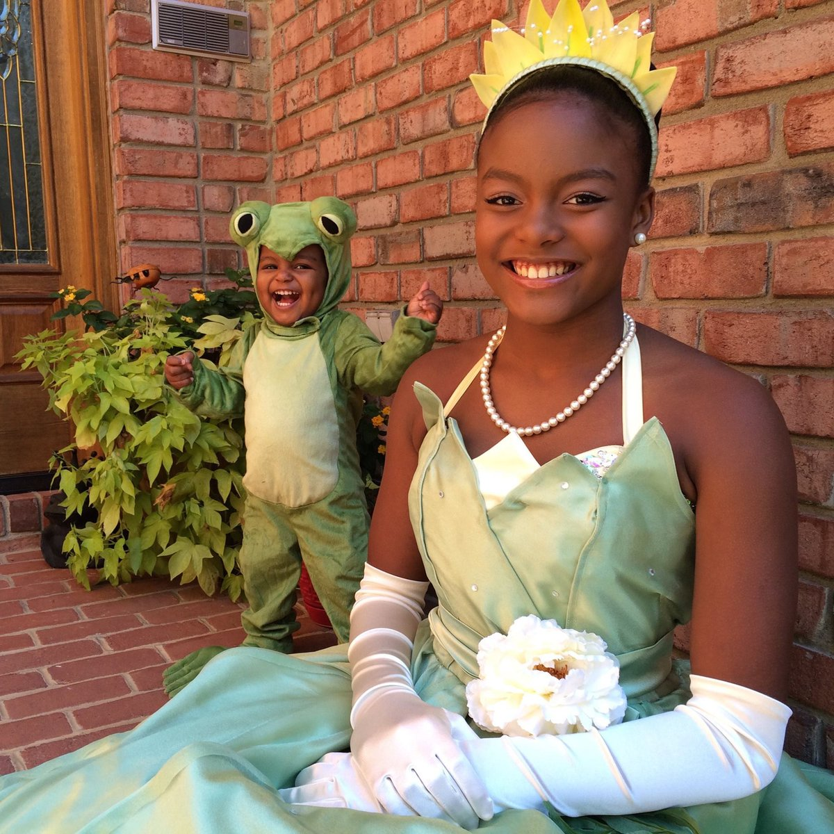 Ok, @tpowellabc11's girls win Halloween. Quite possibly the cutest Princess and the Frog ever.  #halloween2015 https://t.co/KtYerJYgzr