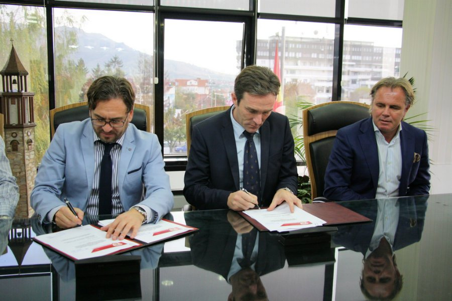 The Prilep mayor and FFM president signing the contract