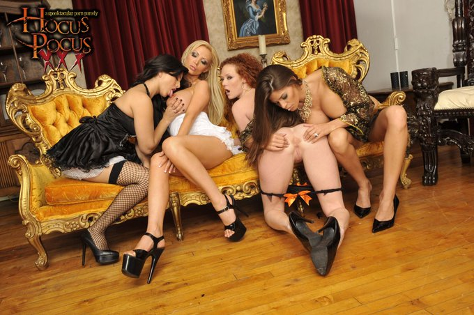 This is with @nikkibenz @SunnyLeone @madelynmarie and myself. https://t.co/xxdIFZb4w5