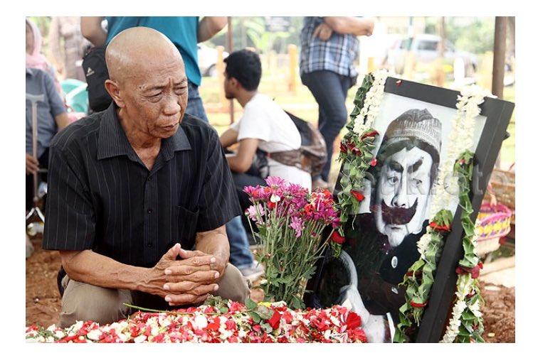 Foto Detik saat Pak Ogah menangis di makam Pak Raden ini mengharukan. Serial Si Unyil menyimpan banyak kisah. https://t.co/SfduQizcyz