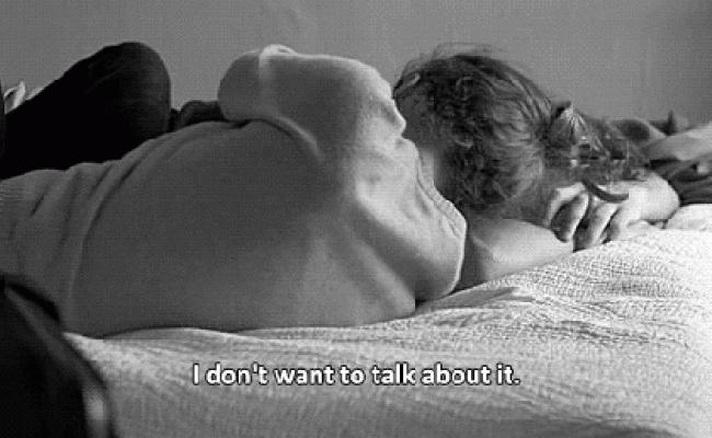 Гифка обнимаются в постели, приколы картинками