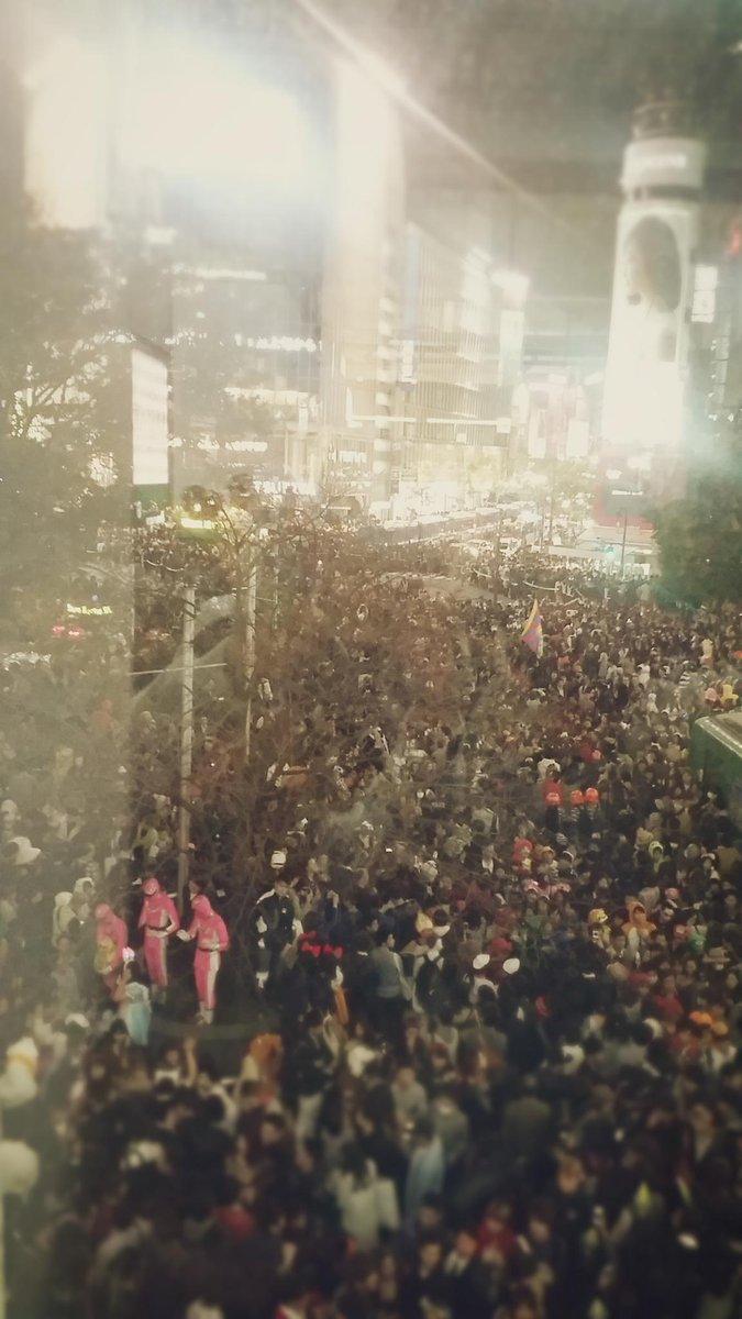 ハロウィンの夜の渋谷凄まじかった…スクランブル交差点をジャニオタにわかりやすく例えると「コンサート終了直後の東京ドーム22ゲート前、後楽園方面に行きたい人の波と水道橋方面に行きたい人の波がぶつかるポイントに信号がある」という感じ https://t.co/H1JlvBga6s