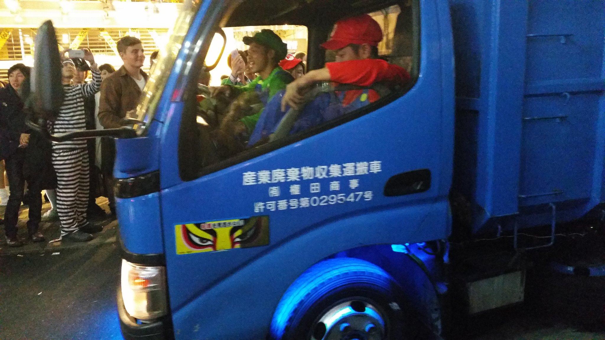 ハロウィン後の渋谷の朝をマリオ達が無敵のBGMをかけながら清掃している。
